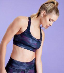 crop-top-de-sport-violet-foncé-à-imprimé-camouflage
